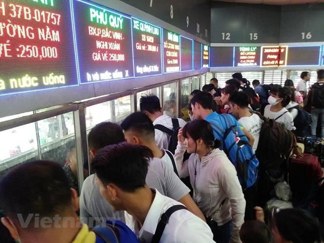 Đường phố Hà Nội kẹt cứng, bến xe đông nghẹt khách về nghỉ lễ 30/4 - 1/5 - Ảnh 10