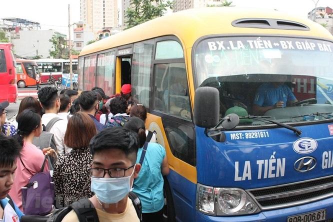 Đường phố Hà Nội kẹt cứng, bến xe đông nghẹt khách về nghỉ lễ 30/4 - 1/5 - Ảnh 11