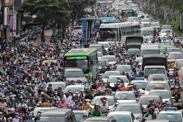 Đường phố Hà Nội kẹt cứng, bến xe đông nghẹt khách về nghỉ lễ 30/4 - 1/5 - Ảnh 4