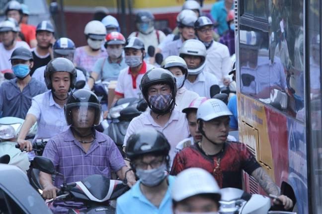 Đường phố Hà Nội kẹt cứng, bến xe đông nghẹt khách về nghỉ lễ 30/4 - 1/5 - Ảnh 5