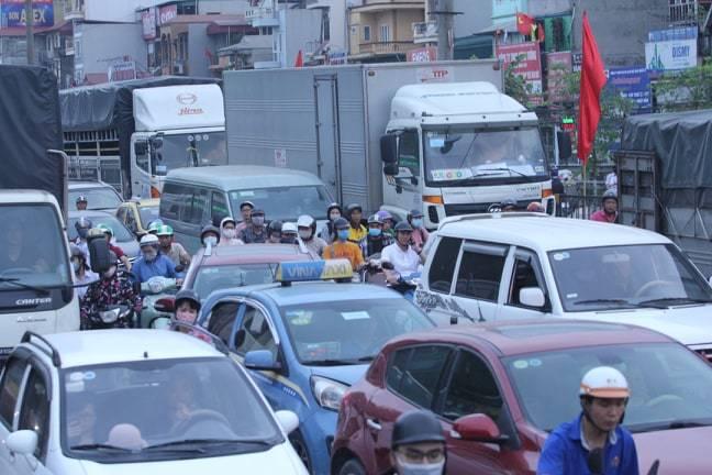 Đường phố Hà Nội kẹt cứng, bến xe đông nghẹt khách về nghỉ lễ 30/4 - 1/5 - Ảnh 6
