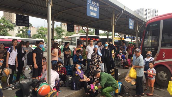 Đường phố Hà Nội kẹt cứng, bến xe đông nghẹt khách về nghỉ lễ 30/4 - 1/5 - Ảnh 9