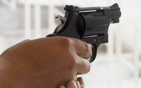 Cà Mau: Điều tra vụ nhóm lạ mặt nổ súng bắn trọng thương một người tại sới gà - Ảnh 1