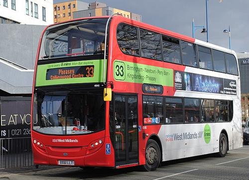 Truy tìm 6 kẻ tấn công tình dục bé gái 12 tuổi ngay trên xe buýt ở Anh - Ảnh 1
