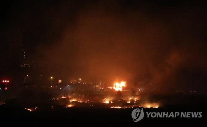 Hỏa hoạn tại Hàn Quốc: Cảnh báo được nâng lên mức cao nhất, 10.000 người được huy động dập lửa - Ảnh 5