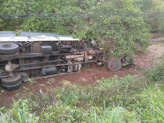Đồng Nai: Ô tô 7 chỗ tông xe tải chở rau, 3 người thiệt mạng  - Ảnh 1