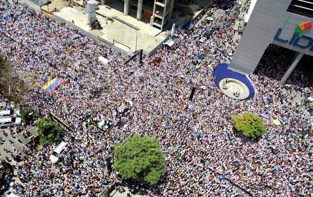 Căng thẳng tại Venezuela dâng cao: Hàng chục nghìn người xuống đường biểu tình - Ảnh 1
