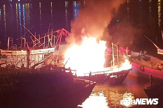 Cháy tàu cá ngùn ngụt trong lúc neo đậu trên sông Hàn - Ảnh 1