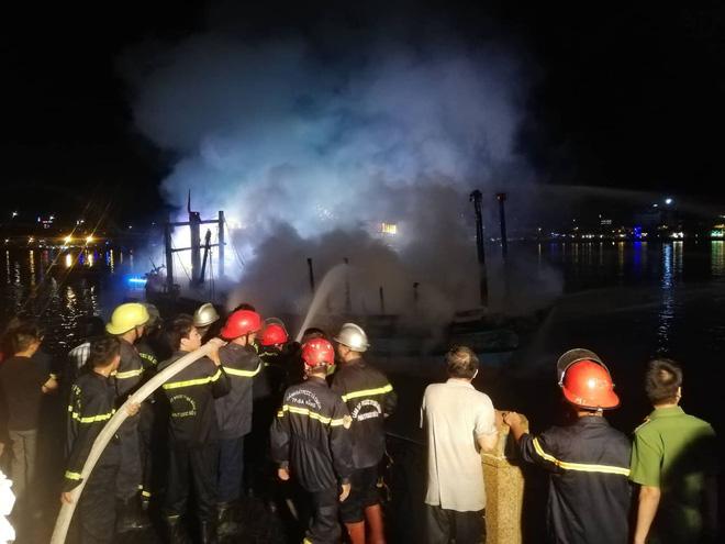 Cháy tàu cá ngùn ngụt trong lúc neo đậu trên sông Hàn - Ảnh 2