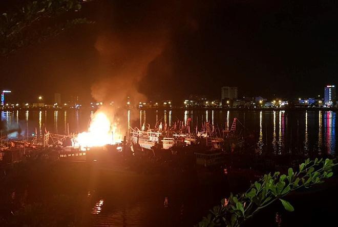 Cháy tàu cá ngùn ngụt trong lúc neo đậu trên sông Hàn - Ảnh 3