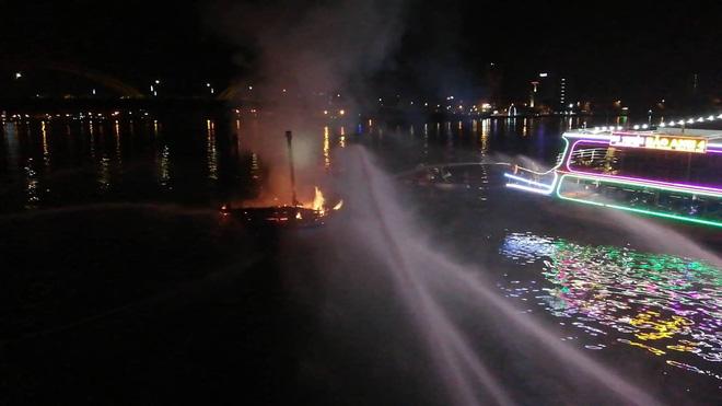 Cháy tàu cá ngùn ngụt trong lúc neo đậu trên sông Hàn - Ảnh 5