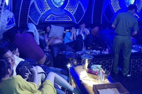 Đột kích quán karaoke tại Cà Mau, phát hiện gần 100 người dương tính với ma túy - Ảnh 1