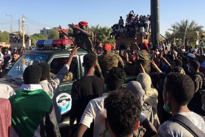 Sau Libya, súng lại nổ ở Sudan: Quân đội bảo vệ hàng ngàn người biểu tình - Ảnh 2