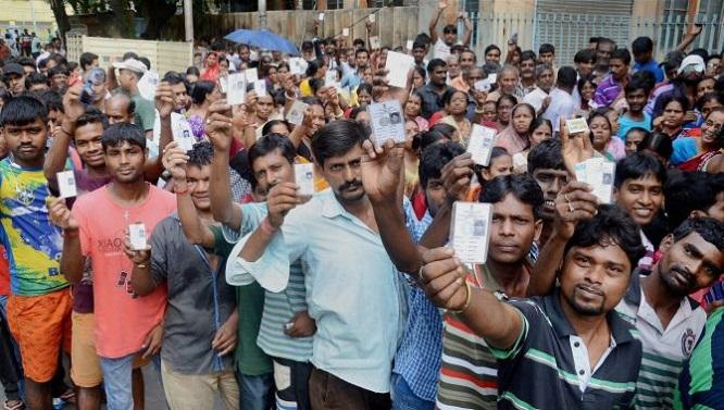 Đánh bom xe kinh hoàng tại Ấn Độ, 16 binh sĩ thiệt mạng  - Ảnh 2