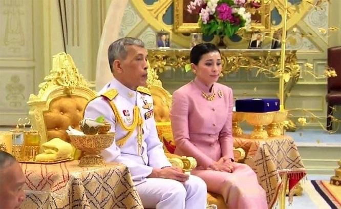 Tân Hoàng hậu Thái Lan: Chặng đường từ nữ tiếp viên hàng không xinh đẹp tới đại tướng quyền uy - Ảnh 2