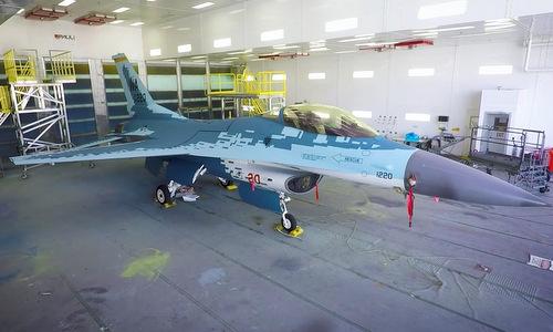 """Tiêm kích Mỹ F-16  ngụy trang thành """"bóng ma bầu trời"""" Su-57 của Nga lần đầu cất cánh - Ảnh 1"""