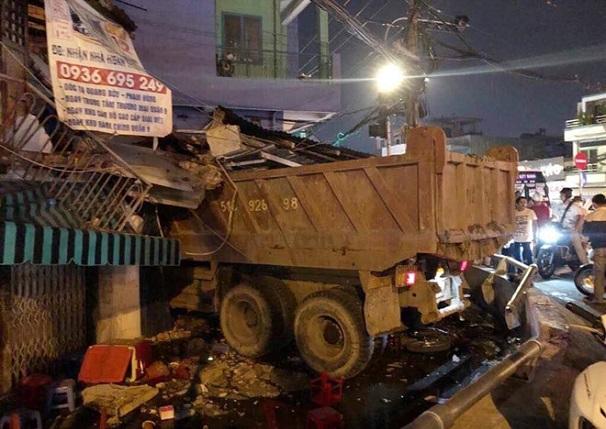 Hiện trường vụ xe ben mất lái, lao từ trên cầu xuống, đâm sập nhà dân tại TP.HCM - Ảnh 1