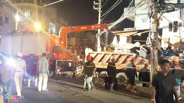 Hiện trường vụ xe ben mất lái, lao từ trên cầu xuống, đâm sập nhà dân tại TP.HCM - Ảnh 2
