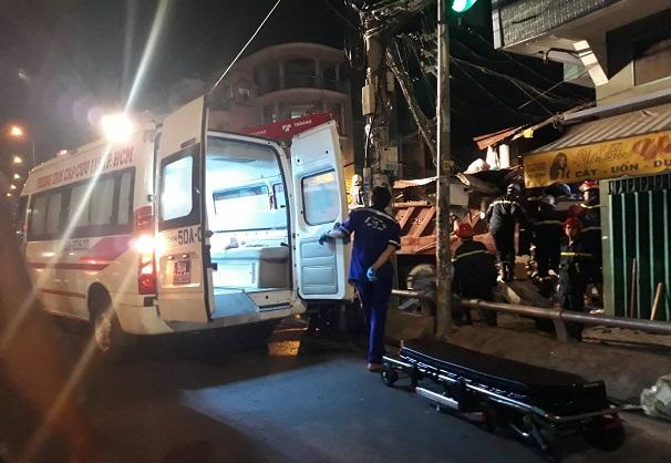 Hiện trường vụ xe ben mất lái, lao từ trên cầu xuống, đâm sập nhà dân tại TP.HCM - Ảnh 4