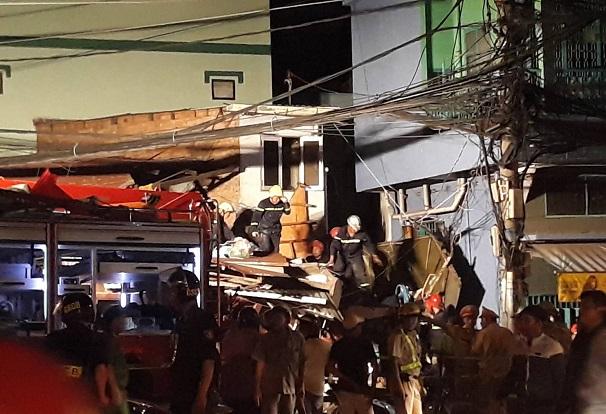 Hiện trường vụ xe ben mất lái, lao từ trên cầu xuống, đâm sập nhà dân tại TP.HCM - Ảnh 5