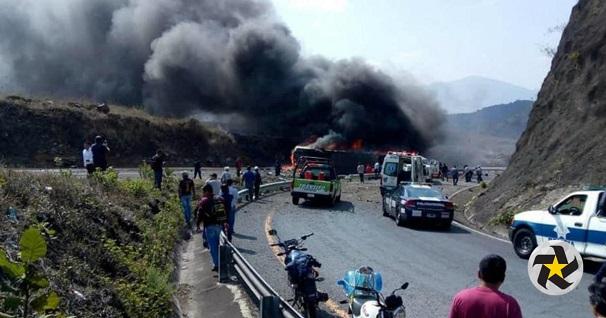 Hiện trường vụ tai nạn xe buýt kinh hoàng ở Mexico, ít nhất 35 người thương vong - Ảnh 1