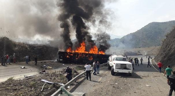 Hiện trường vụ tai nạn xe buýt kinh hoàng ở Mexico, ít nhất 35 người thương vong - Ảnh 2