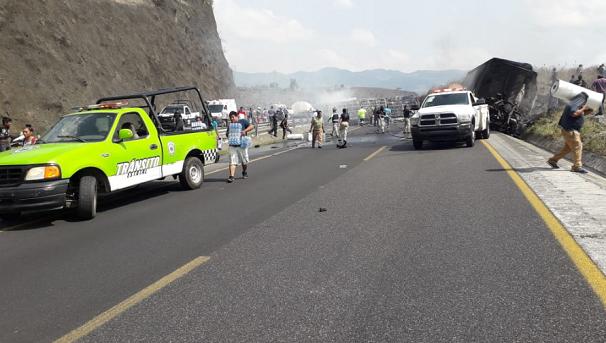 Hiện trường vụ tai nạn xe buýt kinh hoàng ở Mexico, ít nhất 35 người thương vong - Ảnh 5