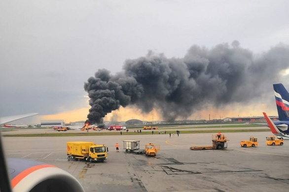 Nhân chứng vụ cháy máy bay 41 người chết ở Nga: Phi cơ nảy lên, đập xuống rồi chìm trong biển lửa - Ảnh 1