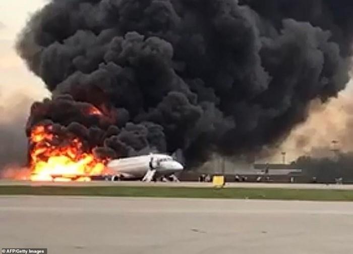 Cháy máy bay Nga: Nam hành khách hứng chỉ trích vì cố lấy hành lý, chặn lối thoát hiểm - Ảnh 1
