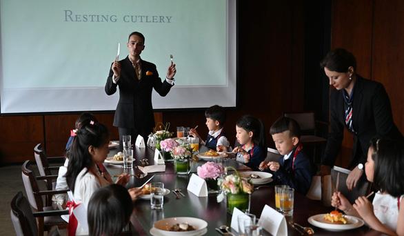 """Những lớp học quý tộc gây """"sốt"""" tại Trung Quốc: Giới nhà giàu không ngại chi hàng ngàn USD - Ảnh 3"""