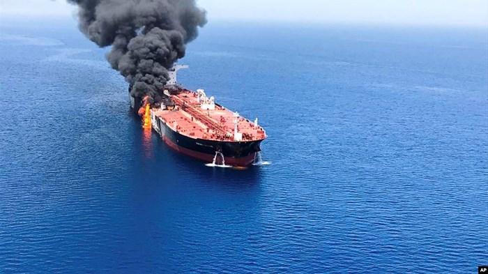 Video: Cận cảnh tàu chở dầu bốc cháy ngùn ngụt sau khi bị tấn công trên Vịnh Oman - Ảnh 1