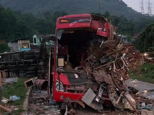 Video: Khoảnh khắc va chạm kinh hoàng giữa xe tải và xe khách ở Hòa Bình khiến 41 người thương vong - Ảnh 1