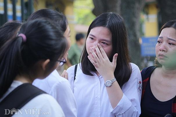 Hà Nội: Nhiều thí sinh bật khóc ngay sau khi ra khỏi phòng thi môn Toán - Ảnh 3