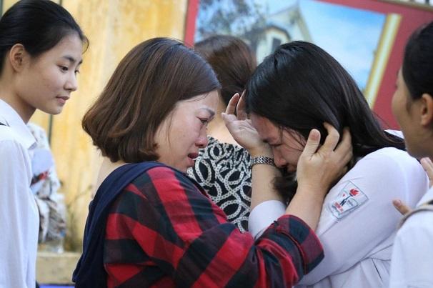 Hà Nội: Nhiều thí sinh bật khóc ngay sau khi ra khỏi phòng thi môn Toán - Ảnh 6