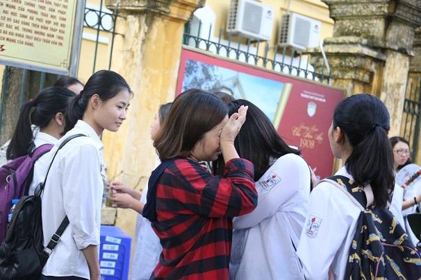 Hà Nội: Nhiều thí sinh bật khóc ngay sau khi ra khỏi phòng thi môn Toán - Ảnh 7
