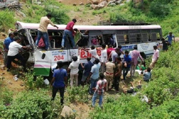 Ấn Độ: Xe bus lao xuống vực, ít nhất 32 người thiệt mạng, 35 người bị thương  - Ảnh 2