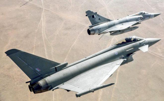 Hai máy bay quân sự của Qatar bất ngờ va chạm kinh hoàng trên không - Ảnh 1