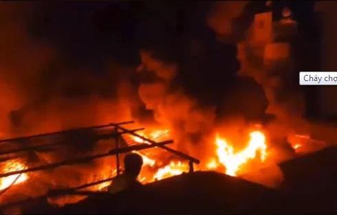 Đắk Lắk: Hỏa hoạn kinh hoàng tại chợ trung tâm thị trấn, hàng chục gian hàng bị thiêu rụi - Ảnh 1