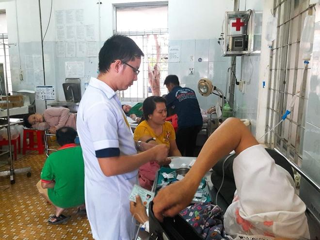 Đắk Lắk: Hơn 100 người nhập viện cấp cứu nghi do ngộ độc thức ăn sau bữa tiệc đám cưới - Ảnh 2