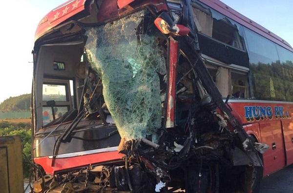 Đà Nẵng: Vượt xe cùng chiều, xe khách đối đầu xe tải, 13 người thương vong - Ảnh 2