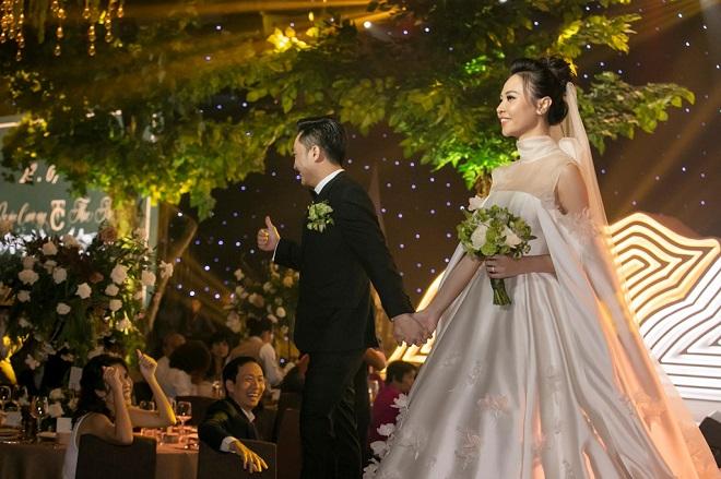 Cường Đô La xúc động không kìm được nước mắt bên Đàm Thu Trang trong lễ thành hôn - Ảnh 1