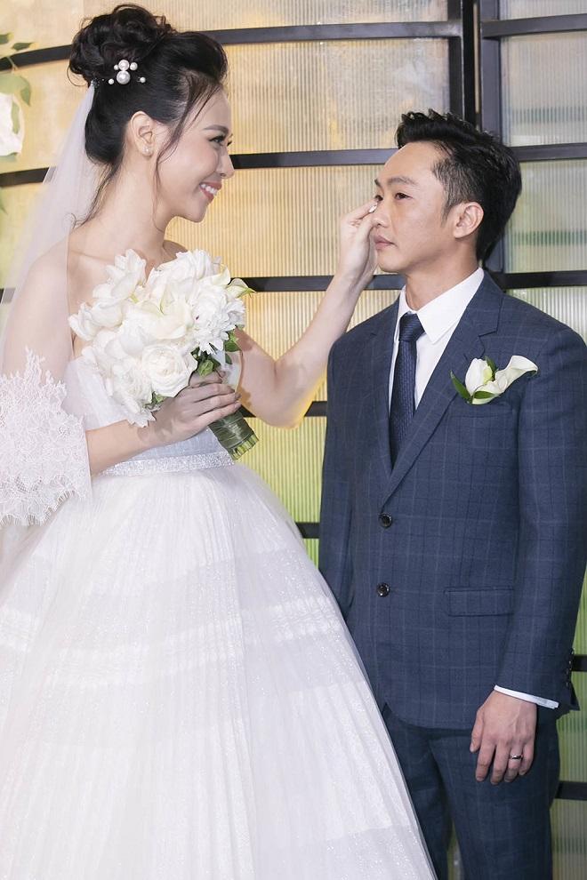 Cường Đô La xúc động không kìm được nước mắt bên Đàm Thu Trang trong lễ thành hôn - Ảnh 4