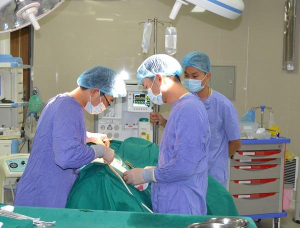 Phú Thọ: Phẫu thuật gắp hơn 100 viên sỏi khỏi thận của bệnh nhân 62 tuổi - Ảnh 1