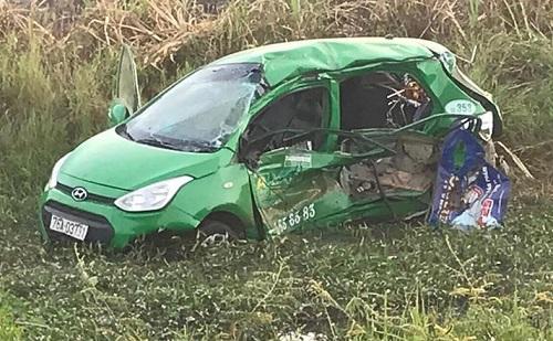 Quảng Ngãi: Tàu SE1 đâm taxi văng xuống ruộng, 5 người thương vong - Ảnh 2