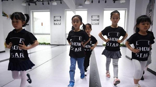 Ngành công nghiệp người mẫu nhí nở rộ ở Trung Quốc: Nuôi dưỡng ước mơ hay đánh cắp tuổi thơ? - Ảnh 3