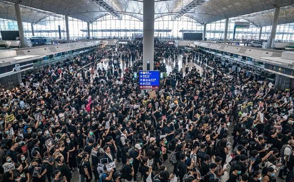 Biểu tình tại sân bay quốc tế Hong Kong: Hành khách vật vờ, mệt mỏi do hơn 300 chuyến bay bị hủy  - Ảnh 1
