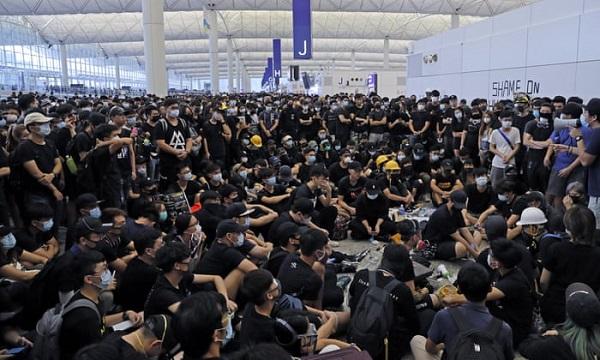 Biểu tình tại sân bay quốc tế Hong Kong: Hành khách vật vờ, mệt mỏi do hơn 300 chuyến bay bị hủy  - Ảnh 2