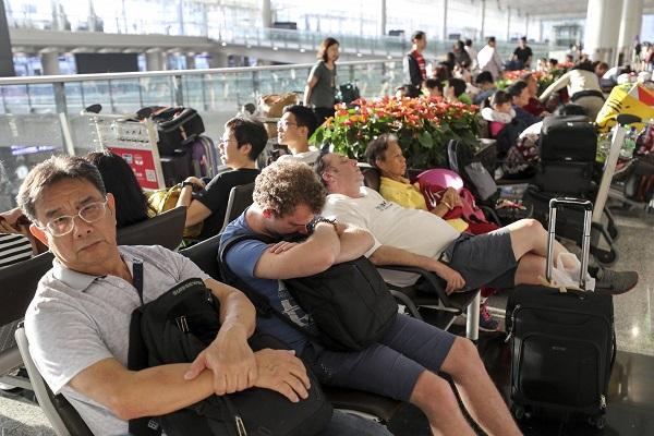 Biểu tình tại sân bay quốc tế Hong Kong: Hành khách vật vờ, mệt mỏi do hơn 300 chuyến bay bị hủy  - Ảnh 3