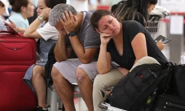 Biểu tình tại sân bay quốc tế Hong Kong: Hành khách vật vờ, mệt mỏi do hơn 300 chuyến bay bị hủy  - Ảnh 5