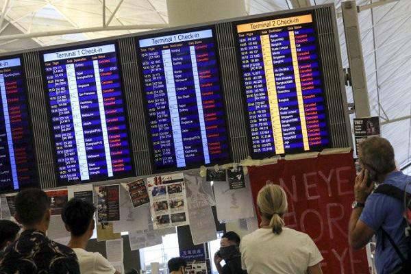 Biểu tình tại sân bay quốc tế Hong Kong: Hành khách vật vờ, mệt mỏi do hơn 300 chuyến bay bị hủy  - Ảnh 6